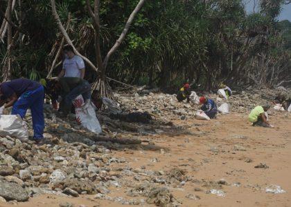 TWNC Bersihkan Limbah Berbahaya di Pantai Tambling